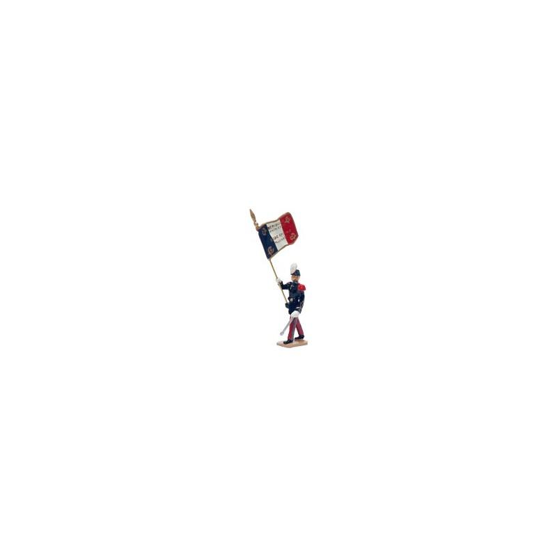 """Porte drapeau de Saint-Cyr avant 83. On peut lire sur le drapeau : """"Ils s'instruisent pour vaincre"""""""