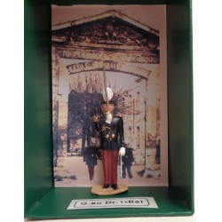 """Le garde au drapeau au """"Présentez sabres"""" dans son coffret de luxe"""